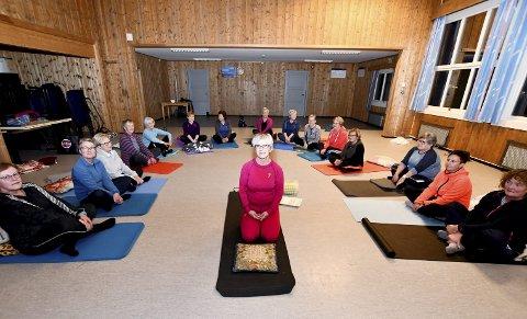 Klare for Yoga: Ein gjeng med damer er klare for yoga i Sjårdalen, med Astrid Flaten (i midten) som instruktør.