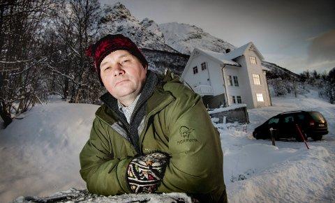 LEIRSUPPE: – Da vi grov en privat vannkumme, kom vi over partier som bare var leirsuppe, forteller Knut Anders Evanger i Ramfjord. Den nye E8-traseen er planlagt i fjellsiden rett ovenfor husene, og beboerne frykter ras. Foto: Torgrim Rath Olsen