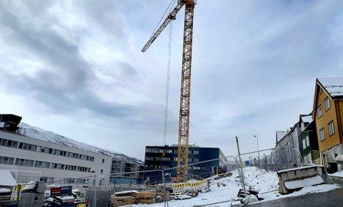Her er byggingen i full gang. Nå har kommunen solgt tomt i tilknytning til anleggsarbeidet. Foto: Stian Saur