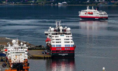 Her ligger Hurtigrutens ekspedisjonsskip til kai i Breivika i Tromsø, mens Hurtigruteskipet Richard With, som seiler kystruta mellom Bergen og Kirkenes seiler nordover. Foto Torgrim Rath Olsen