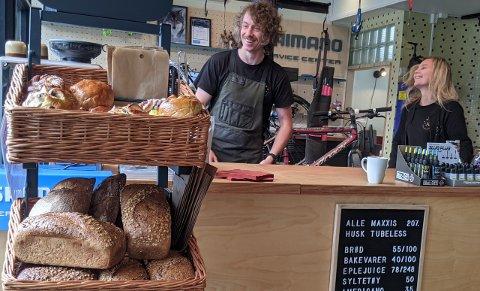 BAKVERK OG BESTEVENNER: Nå kan du kjøpe Kaffebønna-snacks fra de gamle salgslokalene til Tine Meierier.