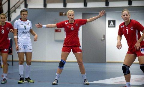 SJEF: Mari Finstad Bergum er en naturlig leder på J98-landslaget. Her med Guro Nestaker til venstre for seg. FOTO: BRYNJAR EIDSTUEN EN