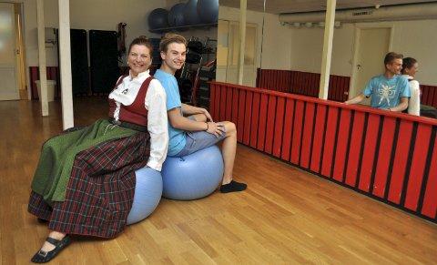 På budsjett: Anita Rønningen og konfirmant Lukas Rønningen ser fram til festen som skal holdes i treningssalen på jobben til mamma. Foto: Per Skjønberg