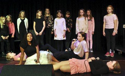 WHEN I GROW UP: Solistene Amine, Jade, Andrea og Vilde hadde barnekoret med seg i denne sangen fra musikalen Mathilda.