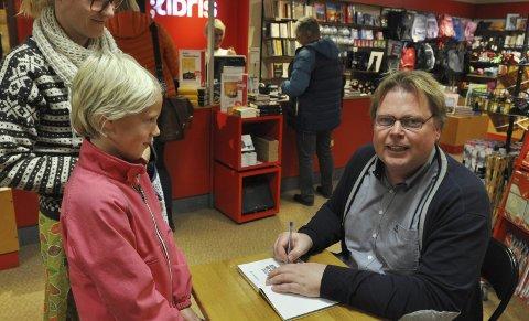 OGSÅ FOR DE UNGE: Ikke bare voksne ville ha signert bok. Angelika benyttet også sjansen til å få den nye boka signert av selveste forfatteren.FOTO: Hans Olav Granheim