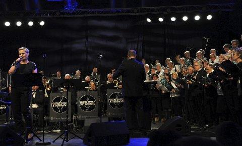 SOLIST OG KOR: Kjersti Kval var solist i flere numre, både alene og sammen med de to korene.FOTO: Hans Olav Granheim