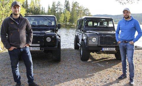 BIL I BLODET: De innrømmer at det er for spesielt interesserte, men for totningene Lars Magnus Wang (t.v.) og Martin Gundersen er det bare Land Rover som gjelder. foto: frode hermanrud