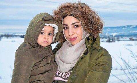 MÅ VENTE: Sidra Abdulalim (18) må vente til 1. august før hun får barnehageplass i Østre Toten til datteren Ellen (13 måneder).