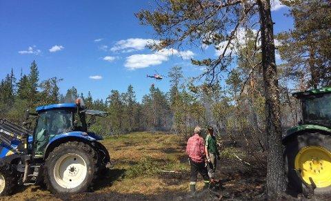 DUGNAD: Brannvesenet hadde god hjelp av frivillige under skogbrannen ved Snellingen i fjor sommer. Arkivbilde