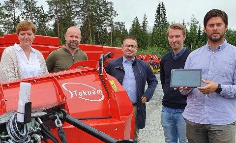 DIGITALISERING: Ledergruppa i Tokvam med Merethe Kulstadhaugen, Finn Kristian Tokvam og Jostein Kvikstad har Ivan Samsonstuen (i midten) fra Headit på besøk. William F. Amundsen (lengst til høyre) viser fram Tokvams første ikke-fysiske produkt på nettbrettet.