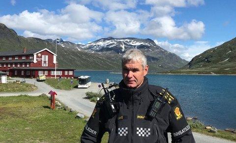 SKRYTER: Fungerende lensmann i Valdres, Bård Sørumshaugen, er imponert over hvor mange som stilte på kort varsel da behovet meldte seg.