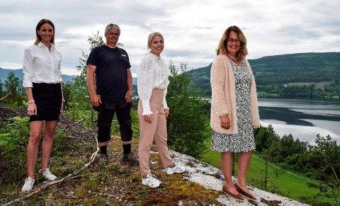 LILLE ODNES: Med byggeklare tomter til 45 nye boliger ønsker de flere velkommen til å bo ved Randsfjorden på Odnes: F.v. eiendomsmekler Trine Grini, grunneier Ingar Hella, eiendomsmekler Caroline Svensrud og ordfører Anne Hagenborg. Alle fire bor selv på Odnes.