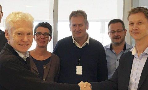Kontrakt: Prosjektdirektør Erik Antonsen gratulerer Tore Kvåle, Siemens Healthcare AS med kontrakten.