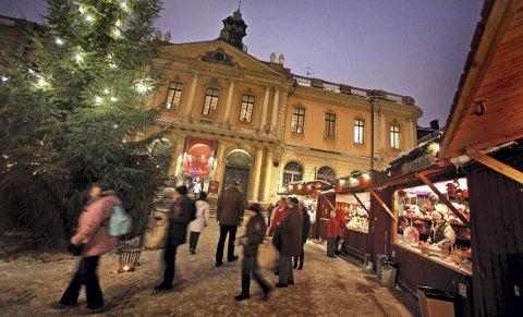 JULEÅPENT: Julemarkedet i Gamla Stan i Stockholm holder åpent fra 19. november til lille julaften. FOTO: BOB STRONG / Reuters