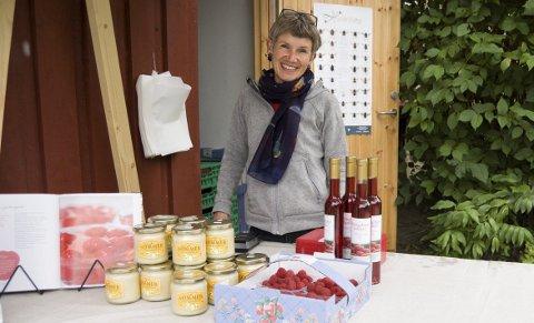 Travelt: Bringebærhøsten er en travel tid for Åse-Marit Torbjørnsrud på Østre Torp i Ås. I år forsvant 1000 flasker vin som dugg for solen. alle foto: ole k. Endresen