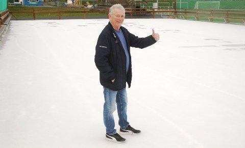 TOMMEL OPP FOR ISFLATEN: Philip Iversen og hockeygruppa har lagt is i Ski idrettspark. Den kan tas i bruk allerede i dag,