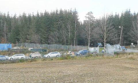 LANGE KØER: Køene ved Bølstad var lange forrige lørdag.  Det var første gang gang Bølstad har holdt lørdagsåpent i november. Follo Ren kjører nå lørdagsåpne gjenvinningsstasjoner hele året.