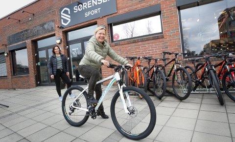Tanja Berg Gundersen får teste ut forskjellige sykler hos Hanna Bellman på Sørensen Sport.