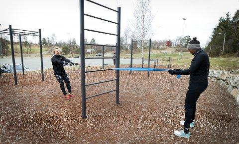 Victor Helsinghof og Helena Kashale trener alltid med god avstand til andre og har med seg treningsstrikk for å få best mulig utbytte av treningen.
