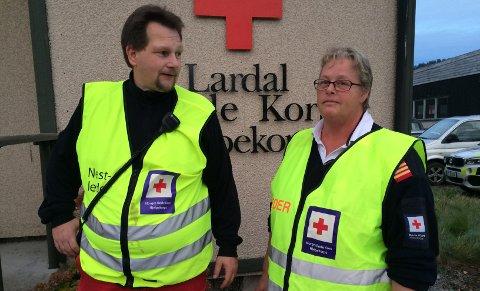UTFORDRING: – Leteaksjon er alltid en utfordring. Det er mye som skal klaffe og være på plass. Vi går på kurs for å lære, men det er spesielt å ha aksjon selv, sier Anita Elgen leder i Lardal Røde Kors hjelpekorps, her sammen med operativ leder Tom Pedersen.