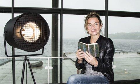 Speed date: Marte Østmoe inviterer til litterær speed-date på Bølgen under Poesifestivalen.foto: per albrigtsen