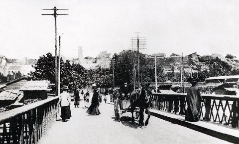 LANGESTRANDSBRUA av 1855 var en svingbru av jern, skiftet ut med nåværende bru i 1954. Bilde er tatt like etter århundreskiftet.
