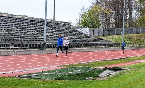 NY KLUBBREKORD: Kristian Steen (i front) foran Andreas Ofstad Kulseng som også har vært nær pers i årets første stevner. Her fra en trening i april.