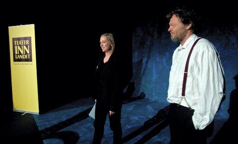 PÅ SCENEN: Jon Nyutstumo skal spille den gamle Halvor Skramstad. Teatersjef Janne Langaas til venstre.