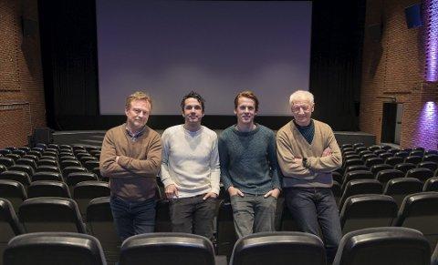 PREMIEREFEST: Kinosjef Espen Jørgensen, Vegard Ylvisåker, Bård Ylvisåker og ordfører Einar Busterud åpner kinoen for stupetårnmusikalpremiere. Foto: Jo E. Brenden