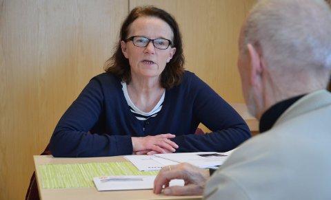 SKUFFET: Grethe Andreassen er helsesøster for eldre i Løten. Nå foreslås stillingen nedlagt.