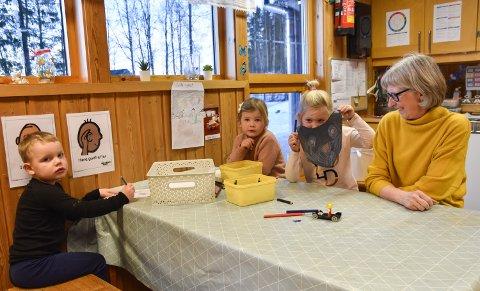 SKAL RIVES: Skøienhagan barnehage i Løten skal rives for å gi plass til ny sentrumsbarnehage. Her er styrer Ingrid Bjørnstad sammen med barna Johan S. Slettetveit, Frida Bjørnstad og Emilie B. Nordstad.