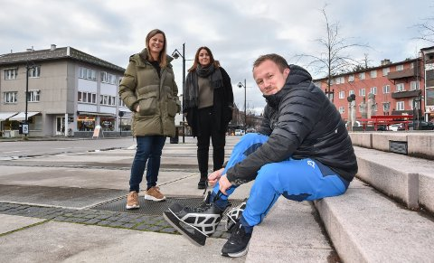 KLARE FOR VINTERLAND: Styreleder Christian A. Eckbo i Elverum Sentrumsforening håper å få testet skøytene sine i Leiret i vinter. Det gjør også styremedlemmene Catrina White (til venstre) og Linn Wold.