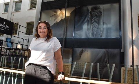 I STORT FORMAT: Linn Wold foran bildet «Ellie», som nå pryder den nye heisen på Amfi Elverum.