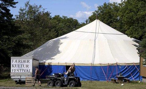 Teltet er på plass: Festivalledelsen kan glede seg over ganske så gode værmeldinger, men har uansett et stort telt på plass. Foto: Bjørn Harstad
