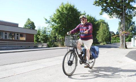 LEKENDE LETT: Ove Grønvold mener elsykkelen er det beste kjøpet han noensinne har gjort. Foto: Ralf Haga