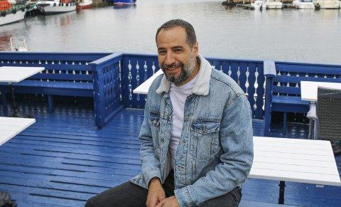 SAMME BLÅ BRYGGE, NY DRIVER: Denne sommeren er det Ali Hasan Alhaj som du kommer til å møte på den populære restauranten i Sandøsund.