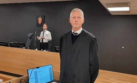 FORSVARER: Porsgrunnsmannens forsvarer, advokat Bjørn Dyrland, og bak i bildet aktor, politiadvokat Andreas Baklie Haugen.
