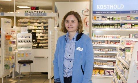 Spennende: Inger-Marie Vassbotn (38) fra Rakkestad er ansatt som apoteker og daglig leder i Apotek1 som åpner på Rakkestad Torg i oktober. - Jeg gleder meg til å starte, sier Vassbotn, som i dag jobber på Apotek1 Iseveien på Borgenhaugen i Sarpsborg.
