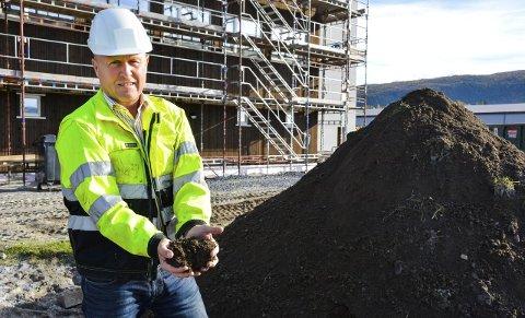 Matavfall: Geir Nerdal, daglig leder ved HAF, har hentet spesialgjødsel av matavfall til torva på taket.Foto: Kenneth Haagensen Husby