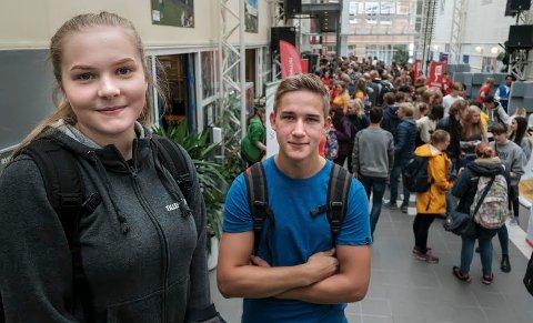 Mathea Olaisen (16) og Hans Gunnar Eliassen (17) likte temperaturen i skoledebatten, men hvilket parti de lander på til slutt, vil de vente litt med å avgøre.