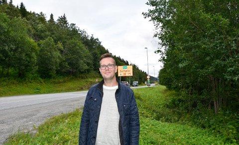 Grønt, grønt, grønt: - Jeg er mye ute og kjører og ser at det er veldig mye skog og kratt som skygger for utsikten. Det er synd, for vi har flott natur i området som vi ønsker å vise fram til turistene som kommer, sier Daniel Alexander Tangstad.
