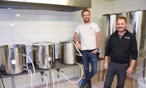 Bryggeri: – Det blir gode smaker, forsikrer Kristian Sivertsen (t.v.) og Steffen Langseth om ølet fra Sjyen Bryggeri. Lørdag under festivalen Sjyen, blir det lansering. Foto: Beate Nygård Johansson