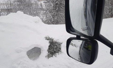 Lekeplass: Bildet har Steffen Sundsvågs tatt fra førerplassen i brøytebilen. – Det er ikke alltid lett å se at det er gravd ut snøhuler i brøyteskavlen, sier han.
