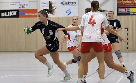VISTE STYRKE: Trine Lønnum og Rana HK/B&Y IL avsluttet førjulssesongen med å slå Sverresborg 2 hele 37–11 på hjemmebane sist søndag. Nå er det spillefri fram til i januar. Foto: Allan Berg