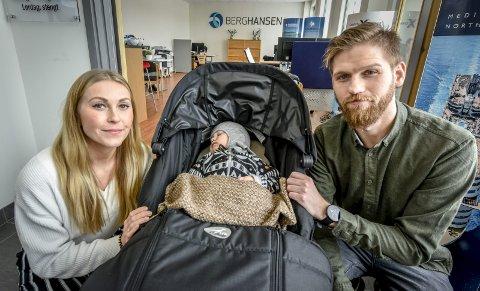 Venter: Carina Heimland og Thomas Nystads lille Peder Nikolai får ikke begynne i barnehage før han er ett år og åtte måneder. Her er pappa og Peder på besøk på mammas jobb.