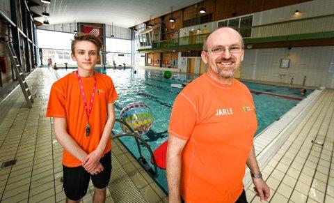 Jarle Tøgersen var tidligere svømmelæreren til Elias Saupstad (18). Nå er de kolleger i Moheia bad.