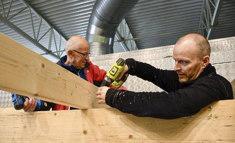 Monterer: Odd Harald Olsen (t.v.) og Trond Waage er ivrige tribunebyggere i fotballhallen. De regner med at tribunen vil være klar før sommerferien. Foto: Gøran O. Pedersen