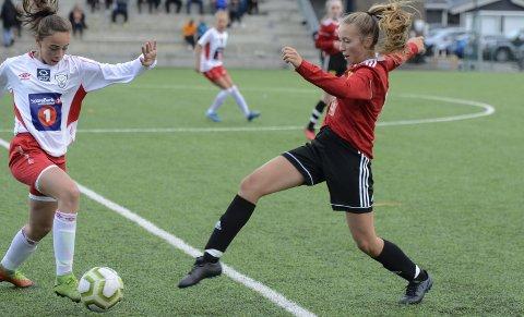 Kristine Ingebrigtsen (t.h.) og B & Y IL/Skonseng ULs Jenter 15-lag kjempet godt, men tapte for et litt bedre Halsøy-lag. Foto: Trond Isaksen
