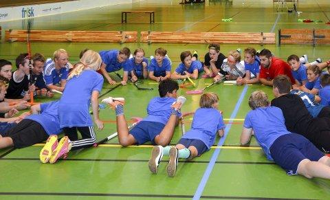 Lærerikt: Lydhøre gutter og jenter tar med glede imot instrukser fra Magnus Skulstad