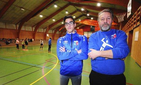 KREVER OMKAMP: Ungdomspolitiker Thomas Skyberg (til venstre) og idrettsleder Tormod Kvisler står skulder ved skulder i kampen for å bevare den trauste og velbrukte Moelv-hallen.Foto: Knut Erik Landgraff